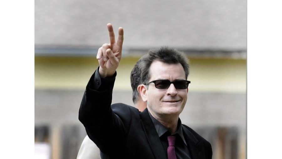Ator Charlie Sheen assumiu ser portador do vírus Hiv/Sida