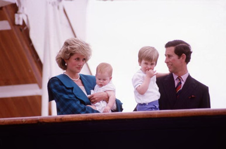 Princesa Diana e Príncipe Carlos com os filhos William e Harry