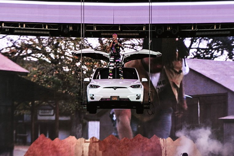 Um Tesla Model X suspenso no ar? Cantor Jaden Smith surpreende no festival Coachella