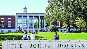 Universidade Johns Hopkins faz 'big brother' do coronavírus